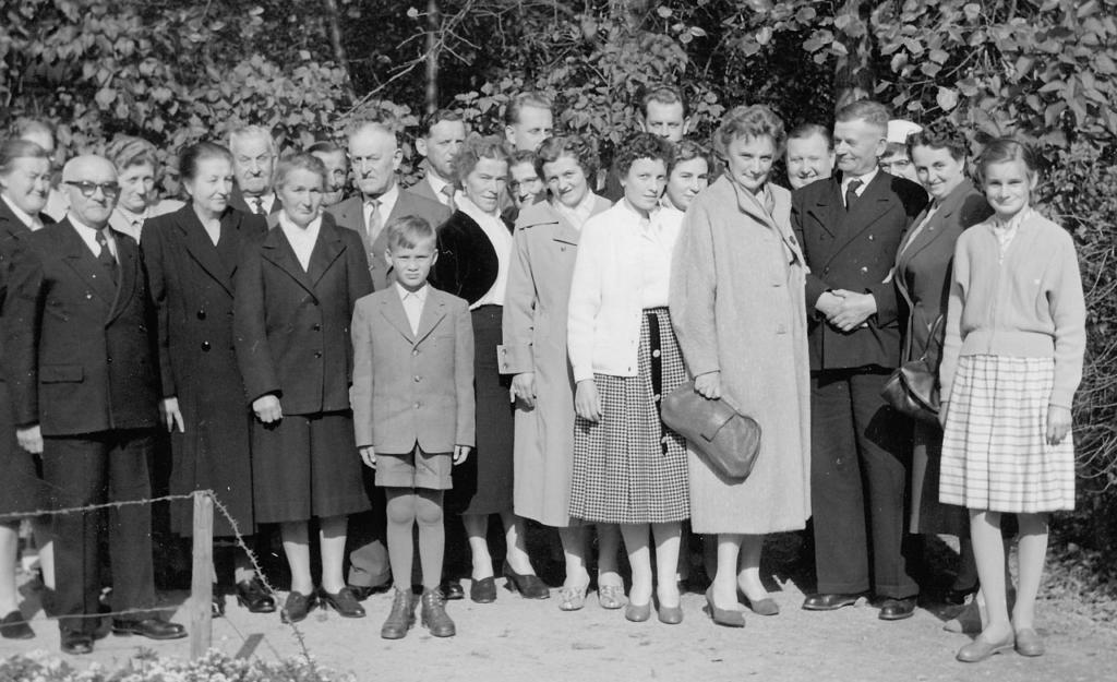Gruppenbild mit Superintendent Arnold Freyer (vorne ganz links) und einigen Heimat-Gemeindemitgliedern im Jahre 1957