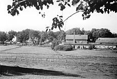 Links das Amtsgebäude mit Post; vorne rechts die Sägemühle, dahinter die Molkerei