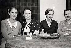 Weihnachten 1930; von links: Unbekannt, Justine Schulz als Köchin im Schloss, Margarethe Scheffler und Elmira Scheffler